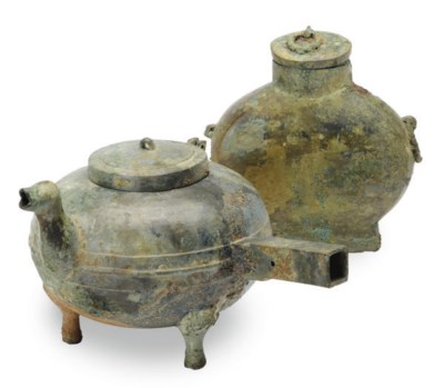 A CHINESE BRONZE RITUAL POURIN
