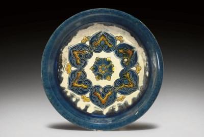 A BLUE AND SANCAI-GLAZED POTTE