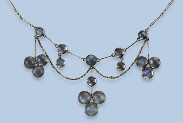 AN ANTIQUE MOONSTONE NECKLACE