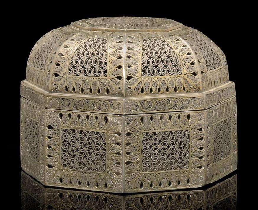 AN INDIAN SILVER FILIGREE BOX,
