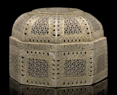AN INDIAN SILVER FILIGREE BOX,