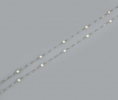 A pearl set long chain necklac