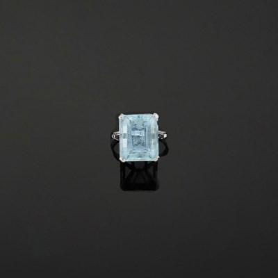 An aquamarine single stone rin