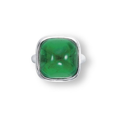 AN EMERALD RING, MOUNTED BY VA