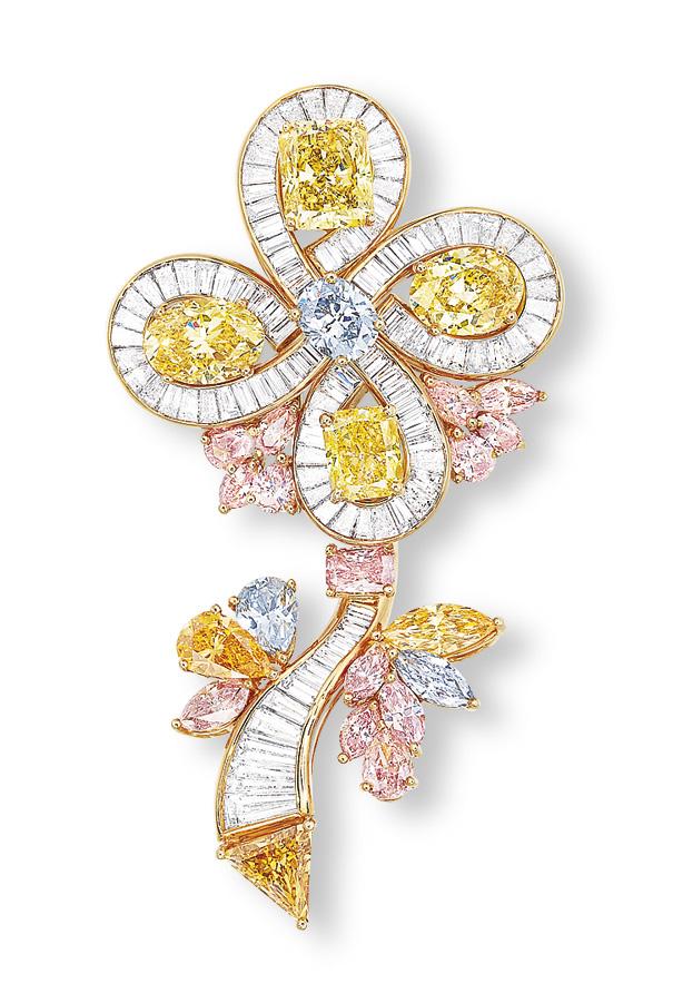 A COLOURED DIAMOND FLOWER BROOCH/PENDANT