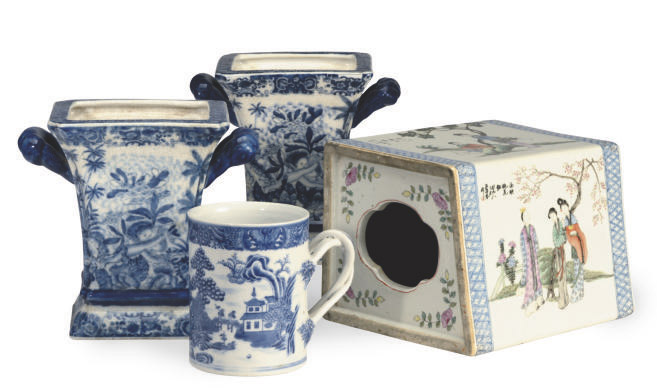 A BLUE AND WHITE CHINESE EXPORT MUG, AND A CHINESE PORCELAIN HANDWARMER ENAMLED WITH BEAUTIES,