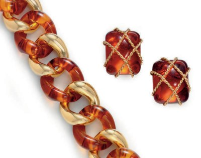 A GROUP OF AMBER AND 18K GOLD