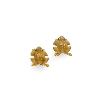 A PAIR OF GOLD AND EMERALD CUF