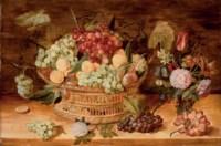 Grappes de raisins, abricots, prunes dans une corbeille, fruits et vase de fleurs sur un entablement en bois