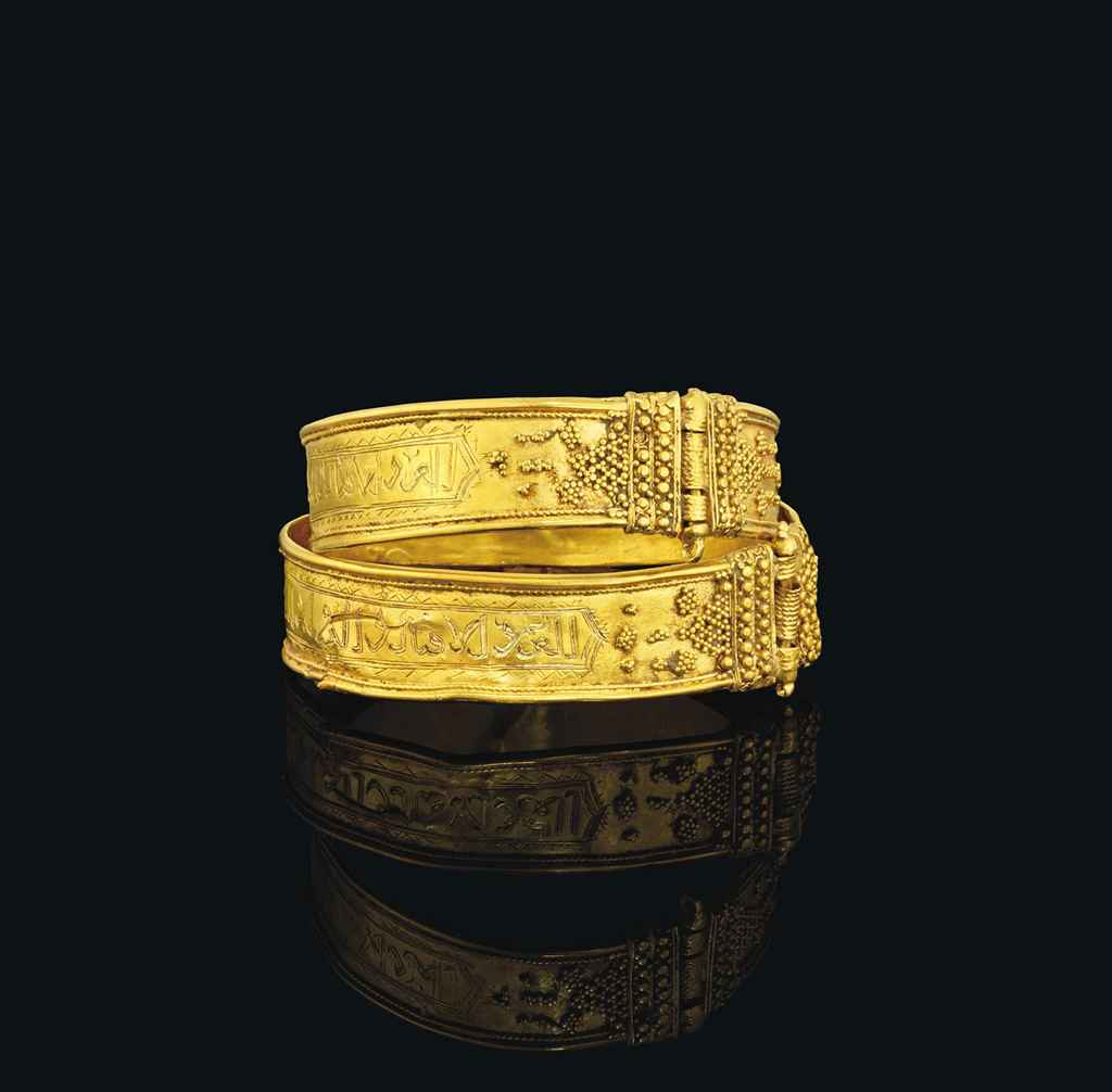 A PAIR OF ENGRAVED GOLD BRACEL