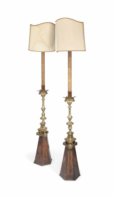 A PAIR OF BRASS CANDLESTICKS A