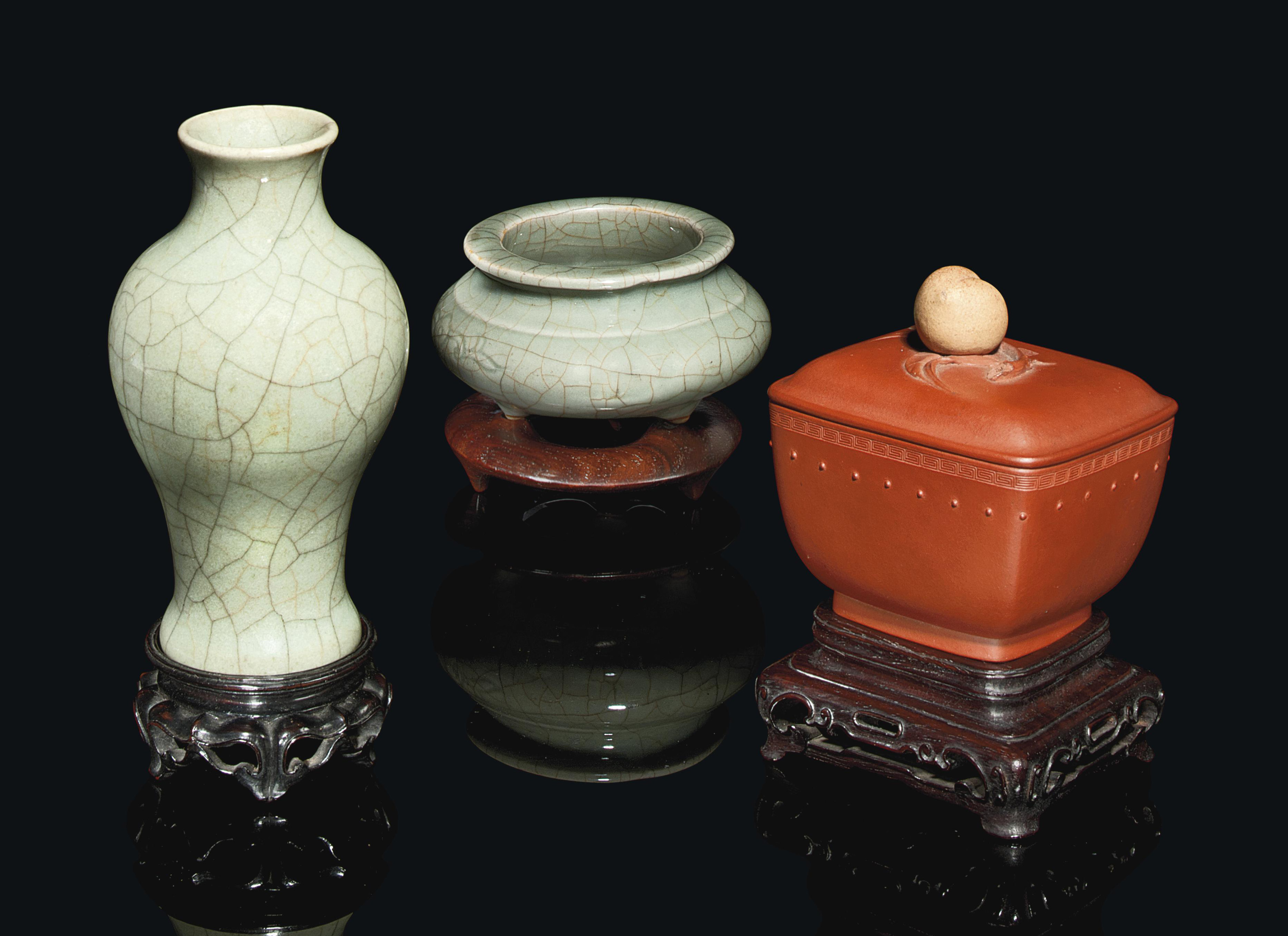 A CHINESE YIXING POTTERY VESSE