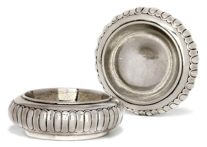 A PAIR OF GEORGE IV SILVER TRENCHER SALTS IN THE WILLIAM III STYLE