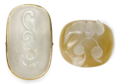 A SMALL CHINESE WHITE JADE PLA