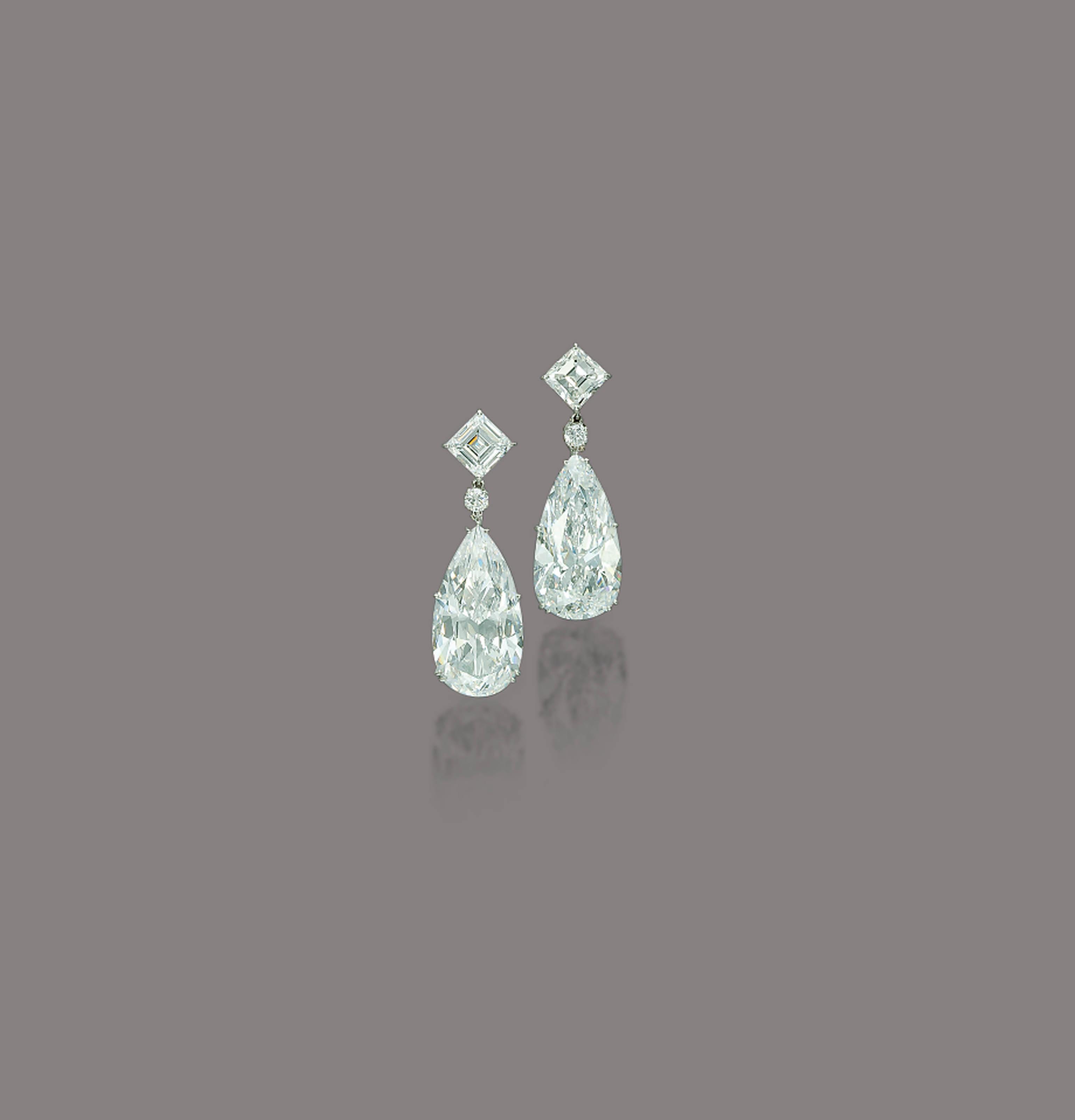A PAIR OF STUNNING DIAMOND EAR