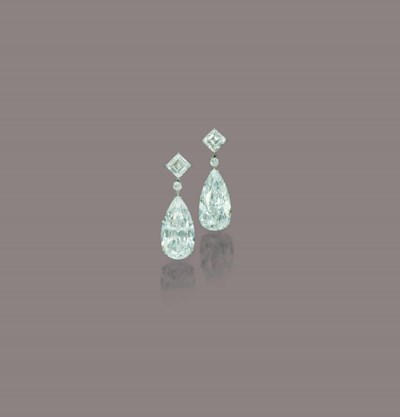 A PAIR OF STUNNING DIAMOND EAR