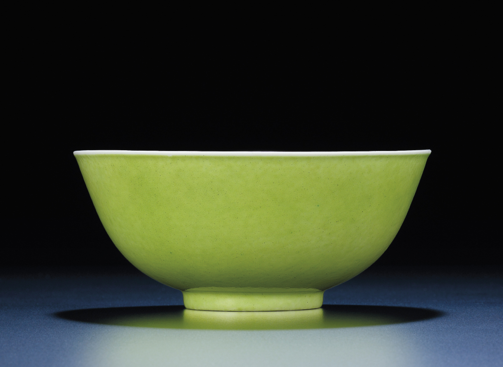 A RARE LIME-GREEN ENAMELLED BLUE AND WHITE BOWL