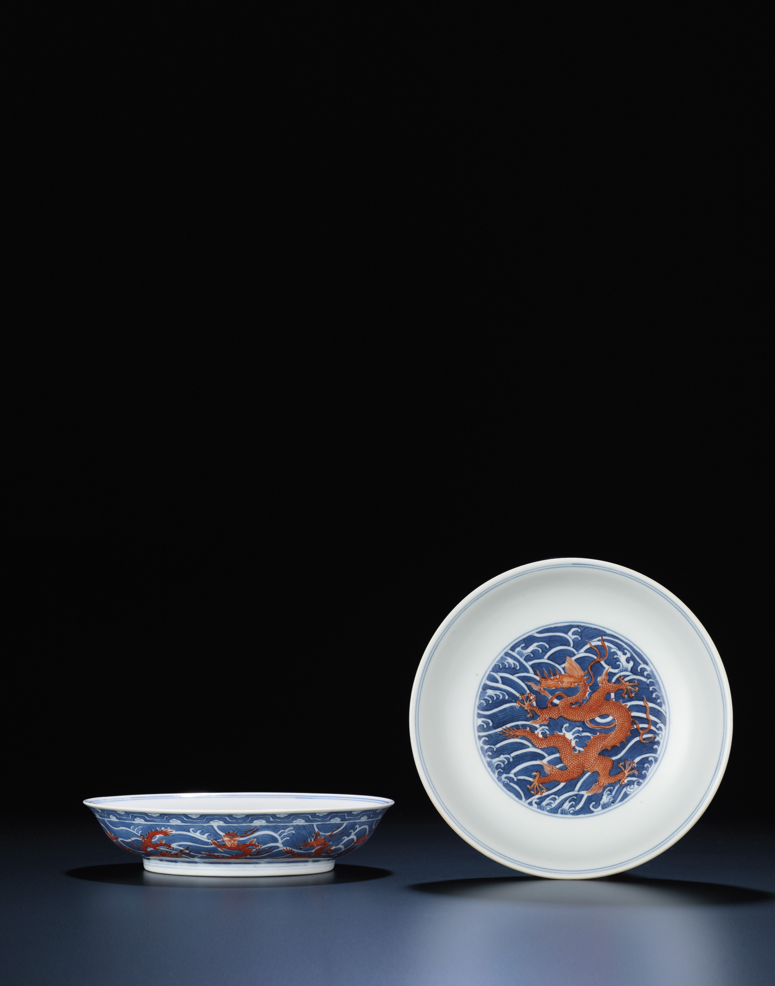 A FINE PAIR OF IRON-RED DECORATED BLUE AND WHITE DISHES