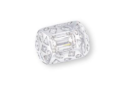 A DIAMOND 'KALEIDOSCOPE' RING,
