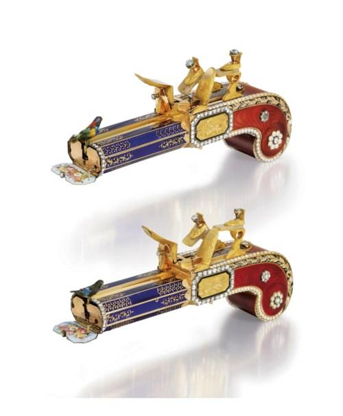 出自Frères Rochat的一对手枪。这是公众所知的唯一一对由黄金、珐琅、玛瑙、珍珠和钻石制成的镜像鸟鸣手枪,专为中国市场而制,约1820年。2011年5月30日在佳士得香港以45,460,000港元成交。