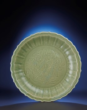 A FINE AND RARE LARGE CARVED 'LOQUATS' LONGQUAN CELADON BARB