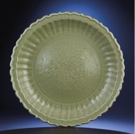 A FINE LARGE CARVED 'PEONY' LONGQUAN CELADON BARBED-RIM CHAR