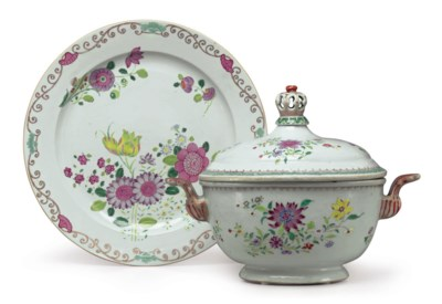 AN OVAL FAMILLE ROSE SOUP TURE