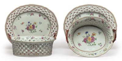 A PAIR OF FAMILLE ROSE BASKETS