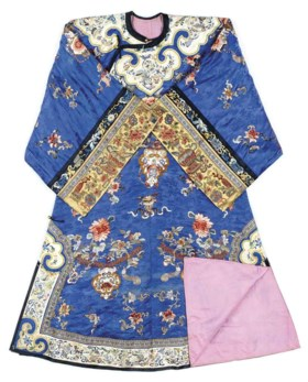 A CHINESE EMBROIDERED BLUE AND YELLOW SILK ROBE,