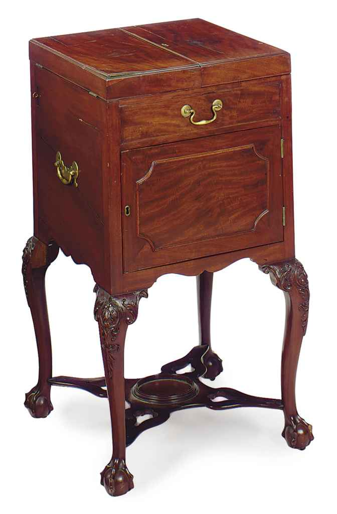AN ENGLISH MAHOGANY WASH STAND