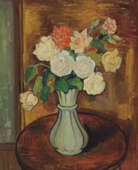 Vase de roses sur un guéridon