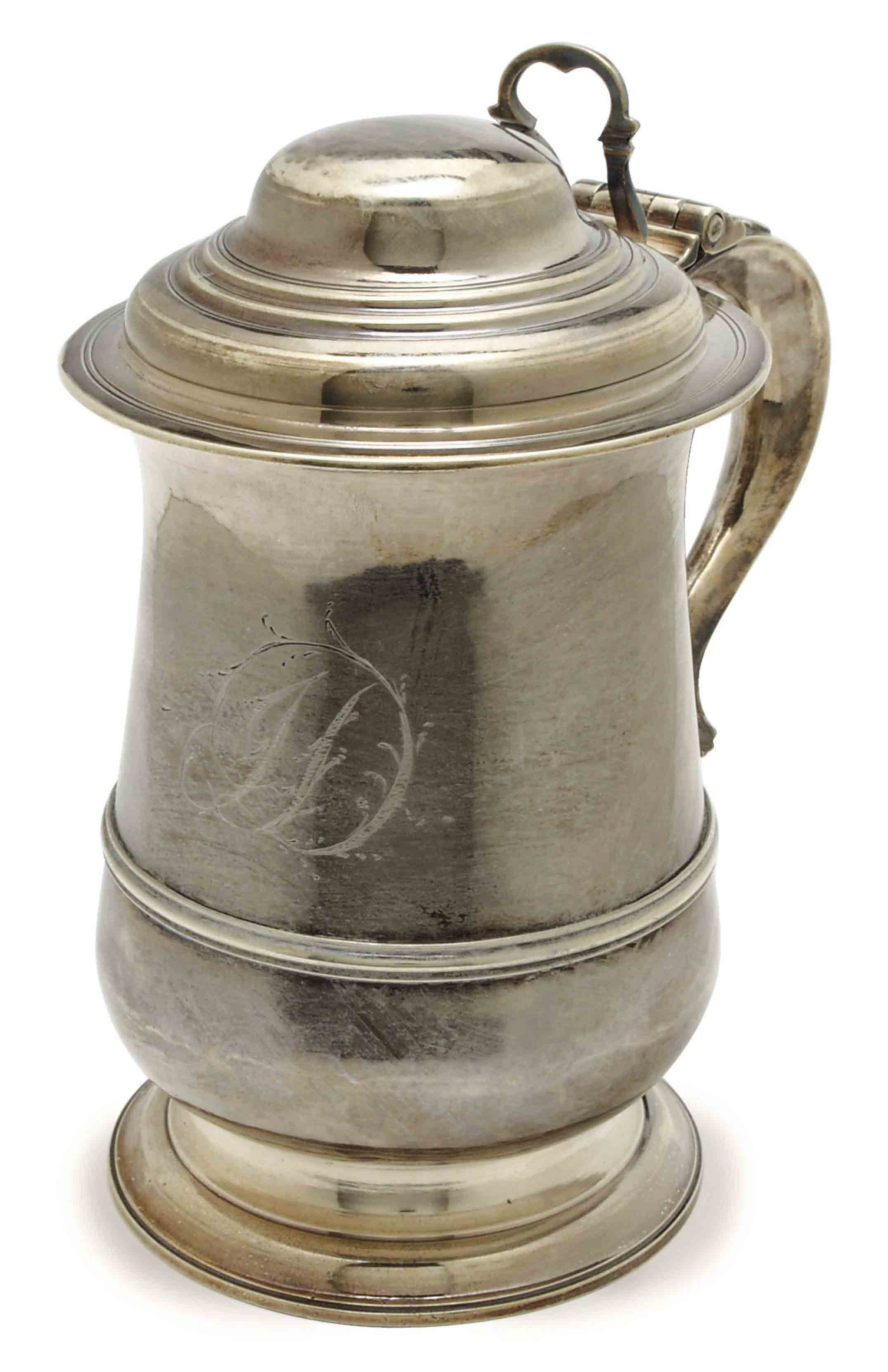A GEORGE III SILVER TANKARD WITH HINGED COVER,