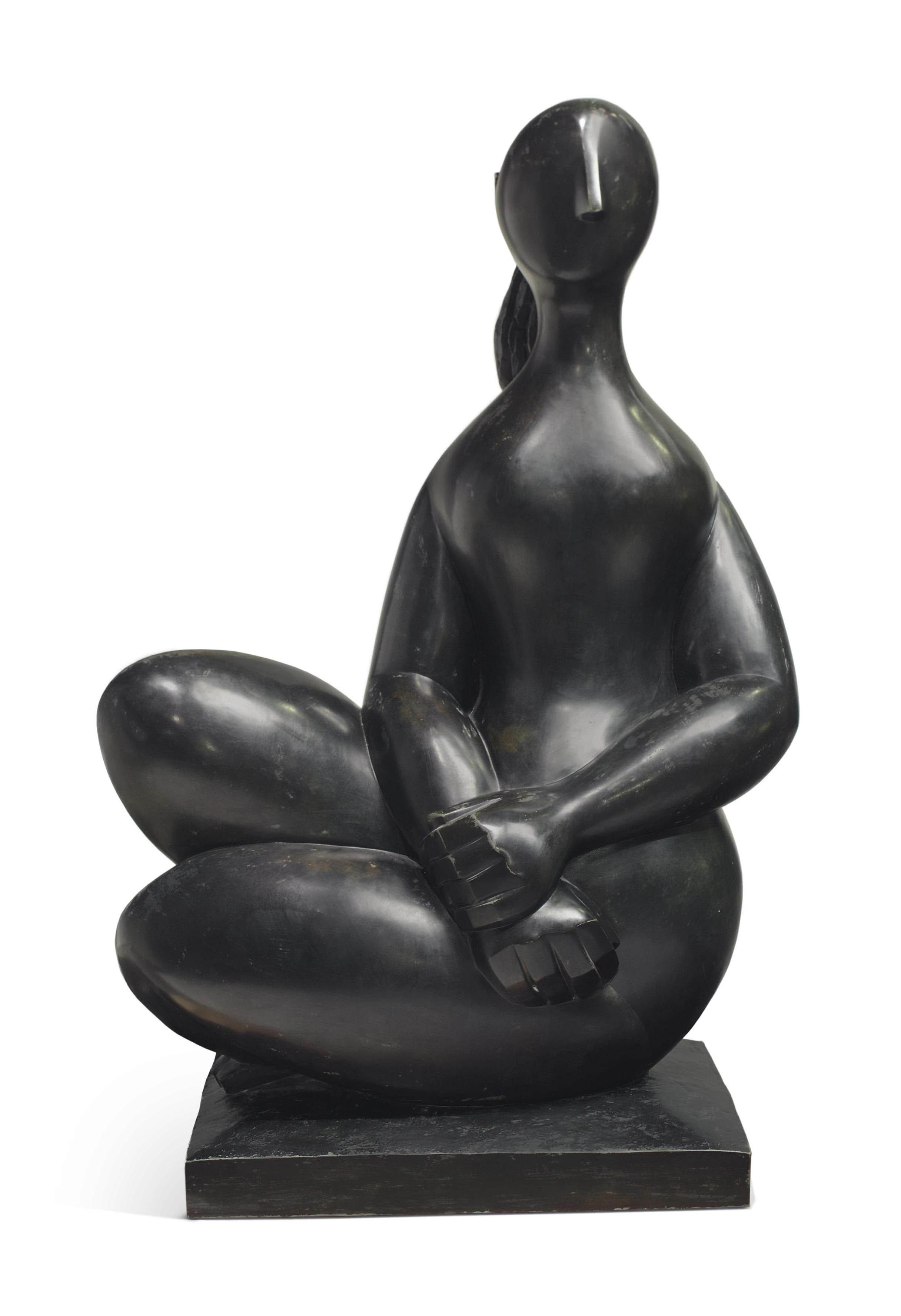 Jeune fille assise mains croisées