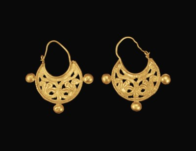 A PAIR OF BYZANTINE GOLD EARRI