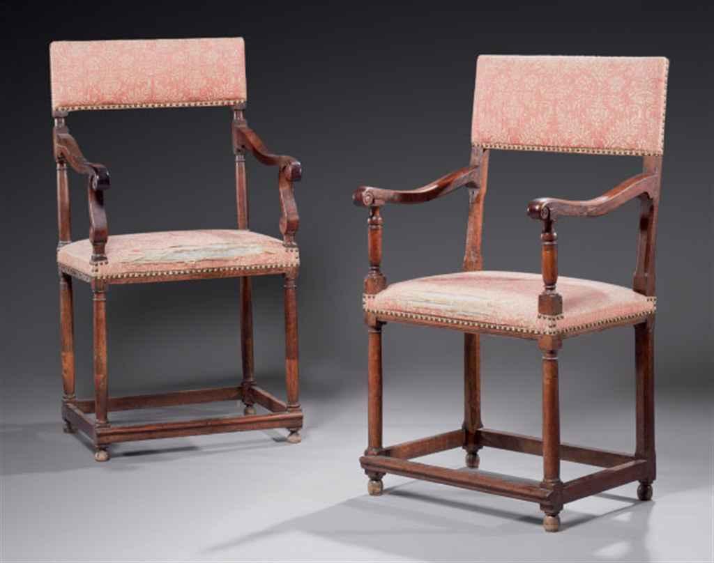 Deux chaises à bras d'époque b