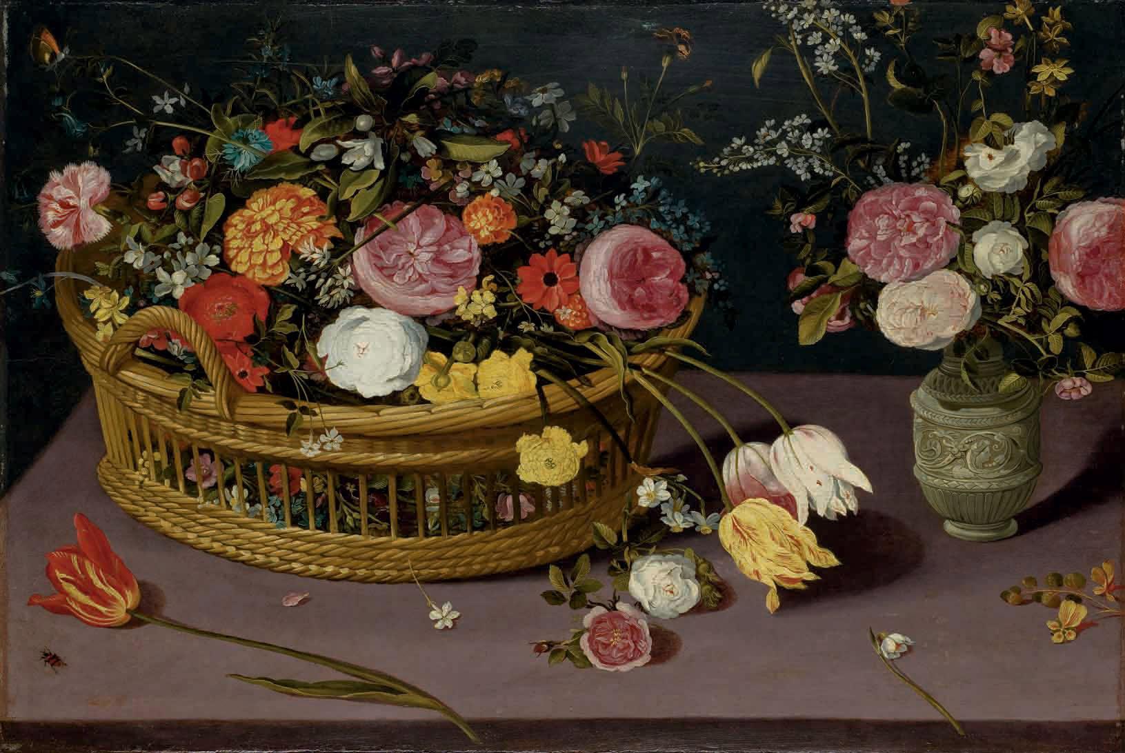 Fleurs dans une corbeille en osier et un vase de fleurs sur un entablement en pierre