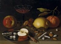 Citrons, pommes et souris grignotant des fruits secs sur une table