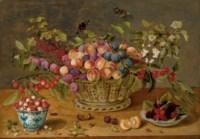 Prunes, abricots, cerises et groseilles dans une corbeille  avec coupelles de framboises et de fraises des bois sur un entablement