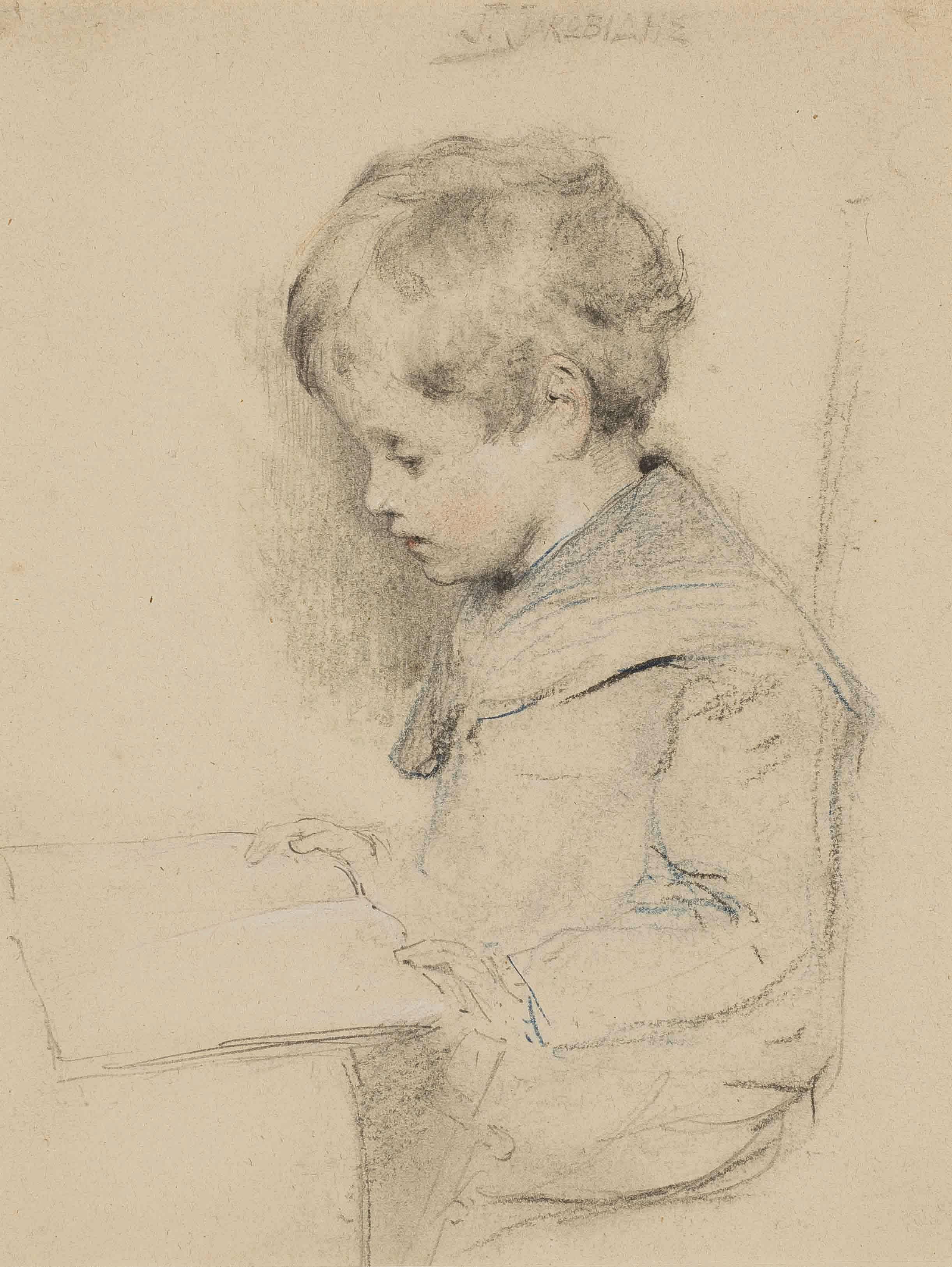 Jeune garçon assis lisant
