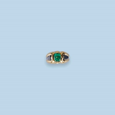 AN EMERALD AND SAPPHIRE RING
