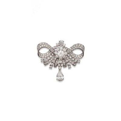 A FINE DIAMOND BROOCH