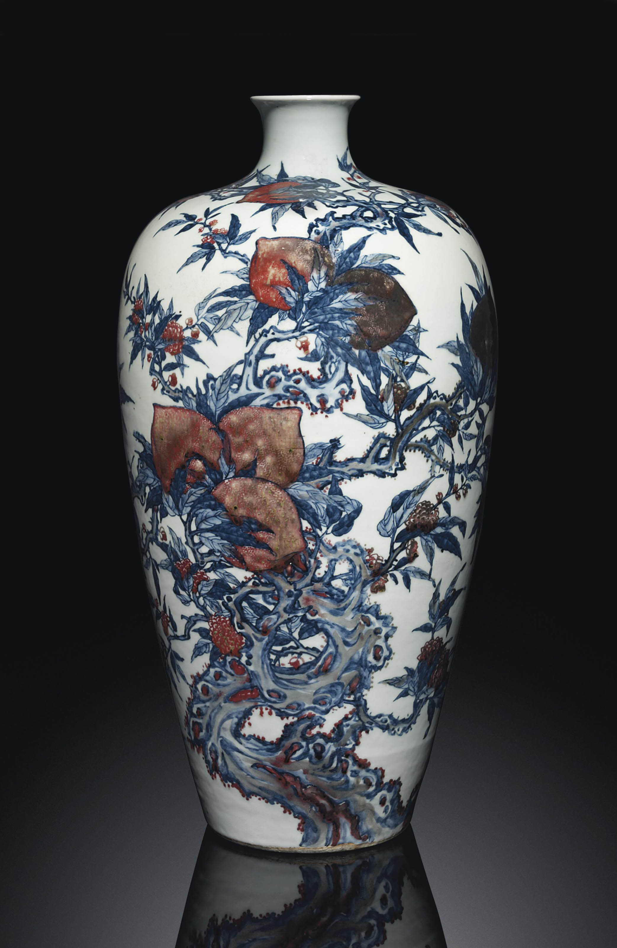 A LARGE COPPER-RED-DECORATED BLUE AND WHITE 'PEACH' VASE, MEIPING