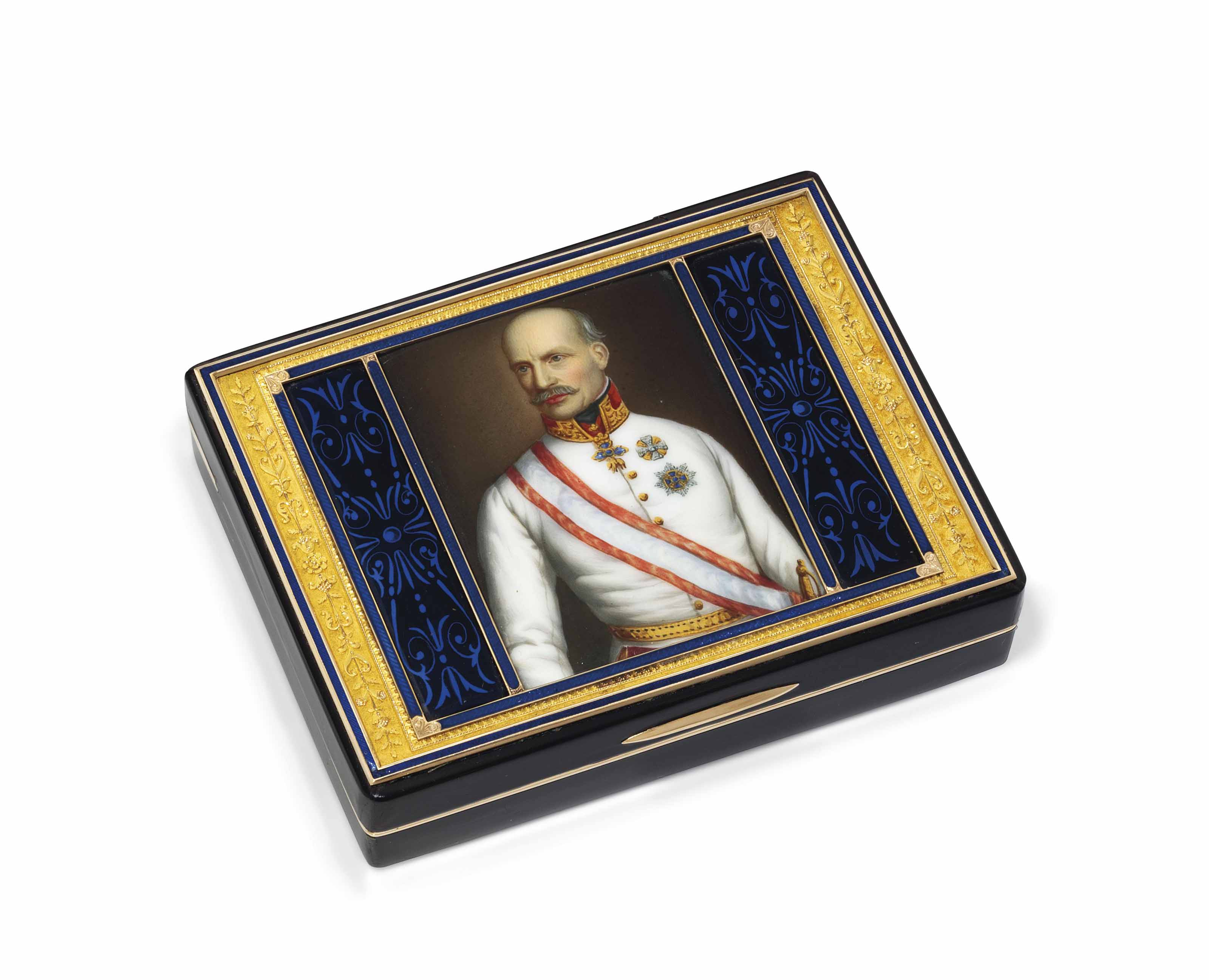 A FRENCH GOLD-LINED TORTOISESHELL PRESENTATION SNUFF-BOX SET WITH A PORCELAIN PLAQUE
