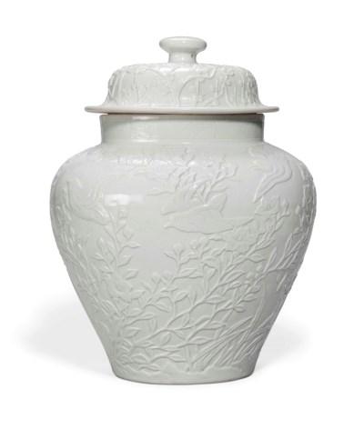 A LARGE CHINESE WHITE-GLAZED J