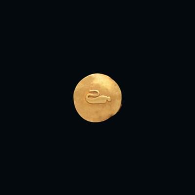 AN EGYPTIAN GOLD SUN-DISC AMUL