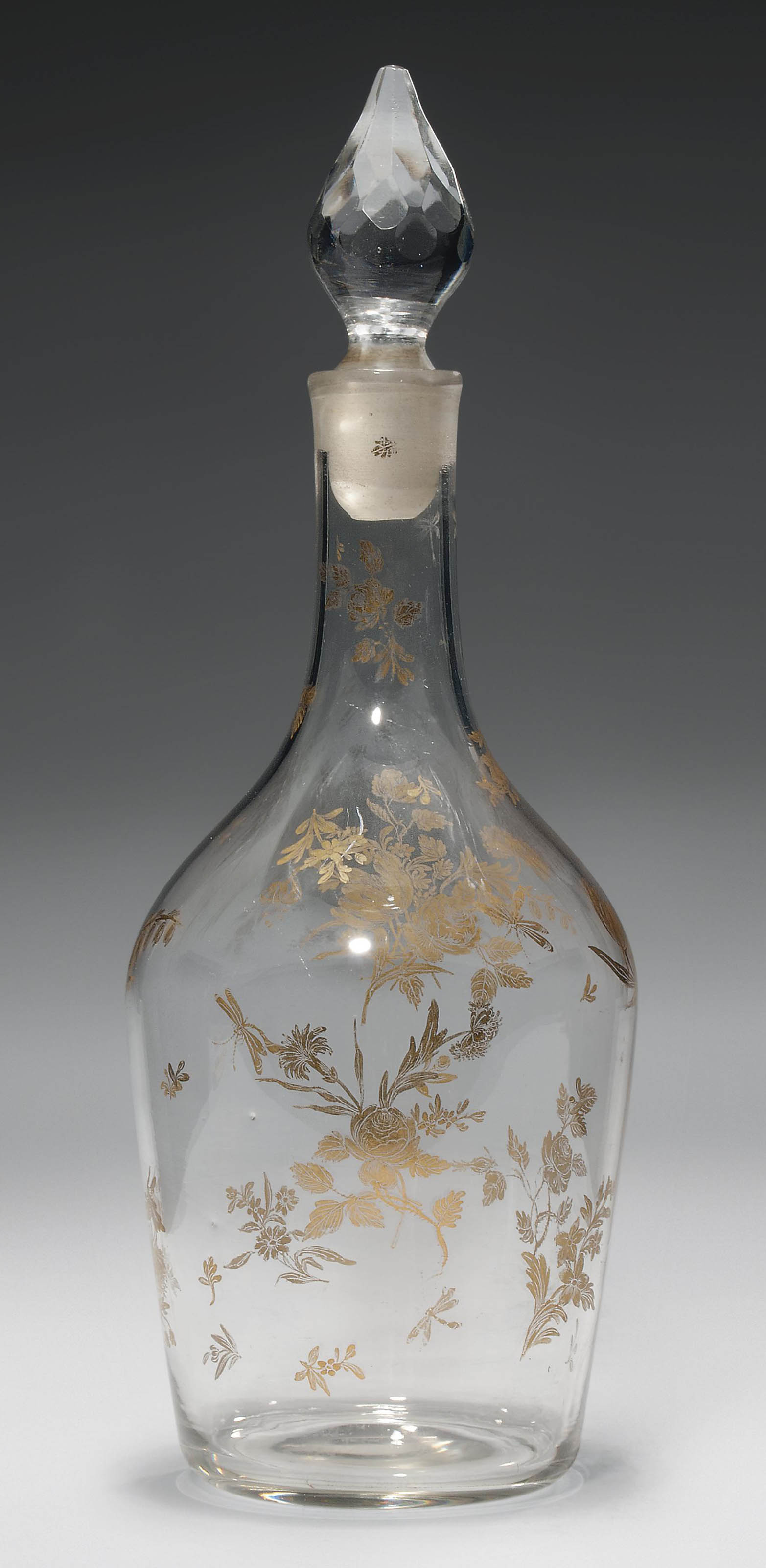 A GILT-DECORATED CLUB-SHAPED DECANTER AND STOPPER