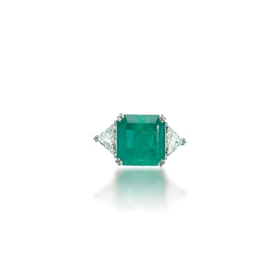 AN EMERALD AND DIAMOND RING, B