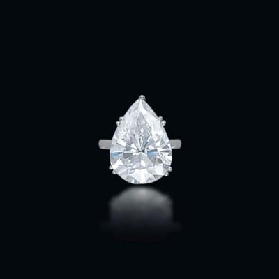 A SUPERB DIAMOND RING