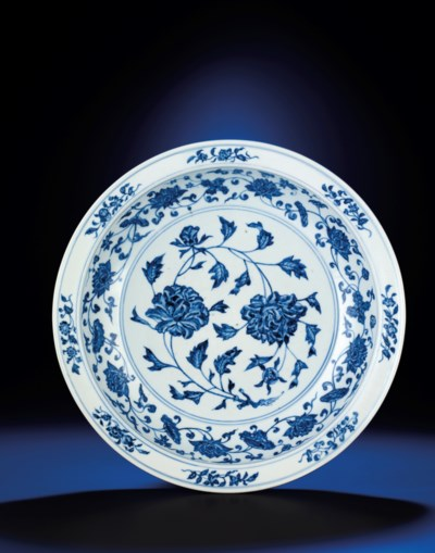 A LARGE EARLY MING BLUE AND WH