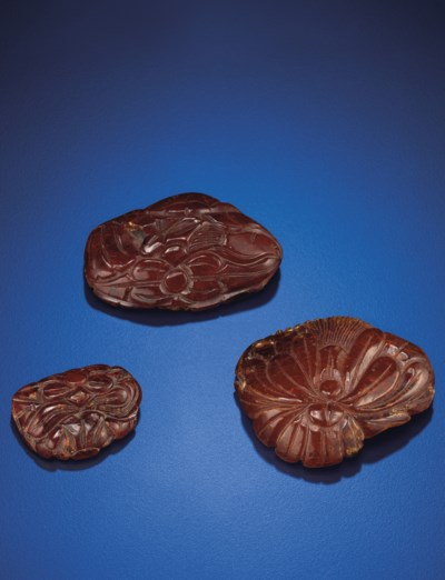 A SET OF THREE AMBER FLORAL PE